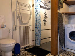 Salle de bain du bas de la location du Menhir près de St Nazaire